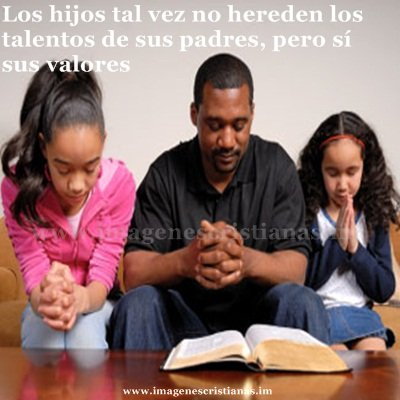 Padre e hijos orando.jpg
