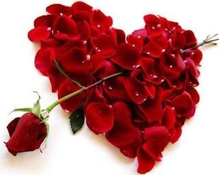 Imagene de un corazon flechado hecho con petalos de rosa roja